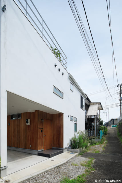 F邸は細い路地沿いにあり、周囲は住宅密集地。しかし邸内に入ると驚くほどのびやかな空間が広がる