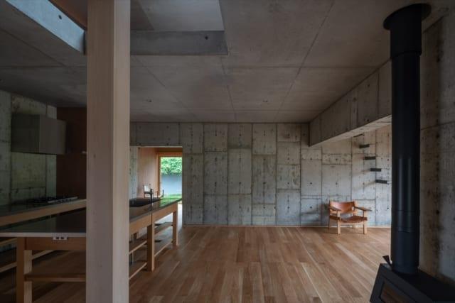 コンクリートコアの内部。井桁状に組まれたコンクリート壁が伸びる先に、外部空間と繋がっている