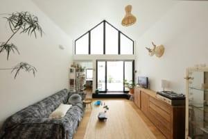 長細い家の、奥の奥まで光を届ける 壁面いっぱいに広がる光窓