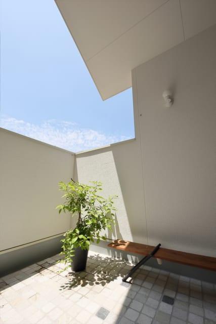 深い軒と高い手すりで、プライベート感が高まったテラス。広さも充分でアウトドアリビングのように使える