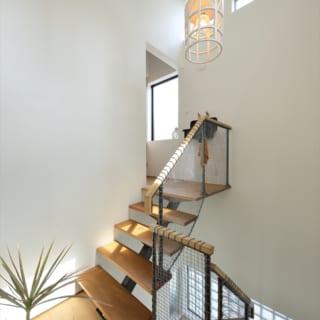 3階LDK前。階段を上がるとトイレ、ロフトへと続く。上の二つの窓は、明るさと開放感を得るために配置した