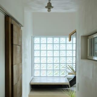 2階、階段。O邸のランプシェードはすべてお施主様が集められたもの。左のドアもO様が収集したものを使用