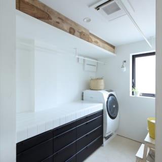 2階ドライルーム。洗濯し、干して、左側の台で洗濯物を畳み、棚にしまう一連の流れをここに集約した