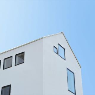 外観についてもよく話し合ったという井上さん。白い壁面に黒いサッシはO様のこだわりのひとつだったのだそうだ。青い空に三角屋根の白い壁面がよく映える