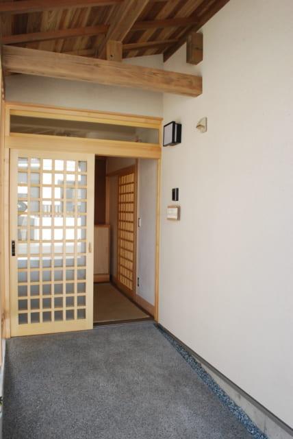 玄関に向かうアプローチは洗い出し仕上げ。木材は杉材だが、雨風による影響を防ぐため浸透性の塗料を塗った