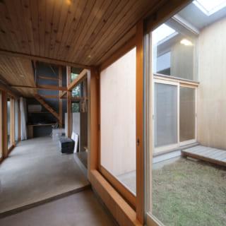広々した玄関に入ると右手に光庭が広がり、自然光や外気を感じられて気持ちがいい