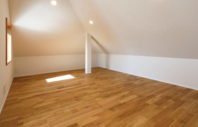 フレキシブルに使える納戸。「このスペースがあるとないとでは、家の使い勝手が違います」と渡辺さん。十分な広さがあり、どのように使おうか想像が膨らむ一角になっている
