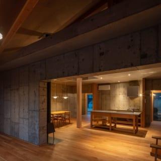 コンクリートスラブ、土壁、木造フレームの質感を生かした照明計画で、夜になると家全体の空間が、昼間とは違ったカッコいい表情をみせる