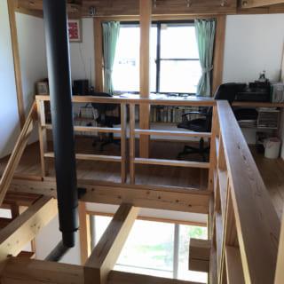 2階納戸から書斎を眺める。書斎は階段を上がってすぐの場所にあり、リビングの延長のように使えると好評