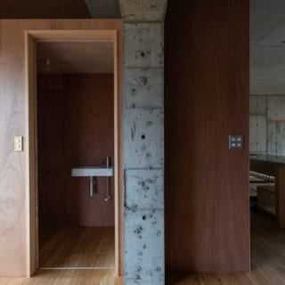 分厚いコンクリートコアは、津波のエネルギーも受け止めて、しっかりと家の中心となる空間を守ってくれる