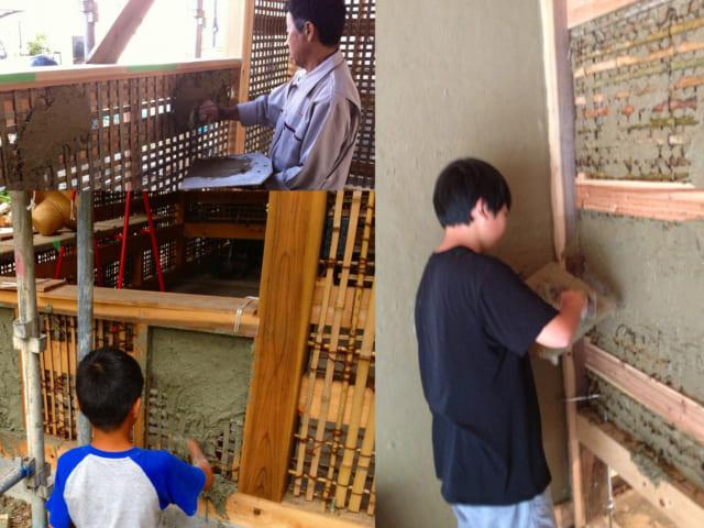 土壁を塗っている様子。土壁の芯となる竹を編むところから皆で作業を始めるのだという。乾かし、塗り、また乾かし、を繰り返し、最終的に壁は70~80mmの厚さにする