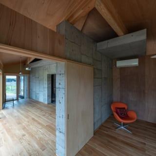 コンクリートコアと木造フレームは軸を4度ずらすことで、将来的な木造フレーム部分の可変性を高めている