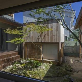 廊下から見た中庭の風景。離れのような趣の和室が、空間に変化を与えている