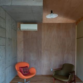 コンクリートスラブと、コンクリートコアを覆う木造フレーム&土壁が混在した居室空間