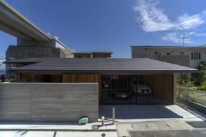 静かな中庭と明石海峡 2つの景色を望む家