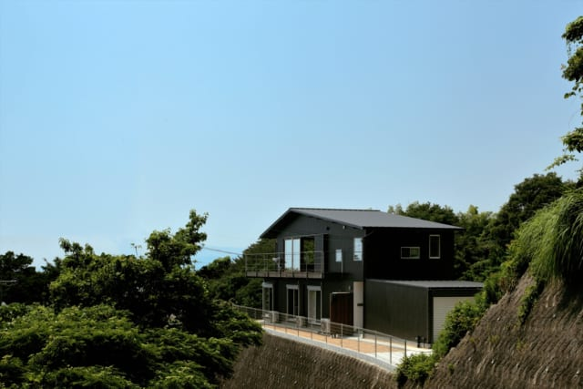 三角屋根が特徴的な、北東から見た外観。手前はガレージスペースとなっている
