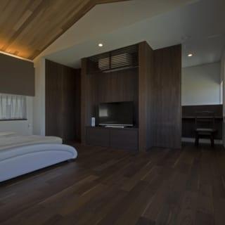 2階の寝室。奥がご主人の書斎コーナーとなっており、間仕切りで締め切ることもできる