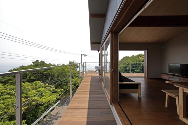 南側よりやや細長いつくりの東側のルーフバルコニー。両方の窓を開け放てば、雄大な外の景色との一体感を味わうことができる