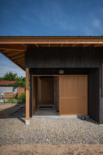 玄関、三和土、土壁。奥には井桁に組んだコンクリートの一部も見える