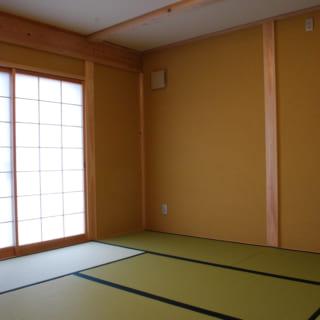 和室。和室の壁には大阪土という色土で仕上げた。天井には和紙を貼るなど、細やかなデザイン性が感じられる