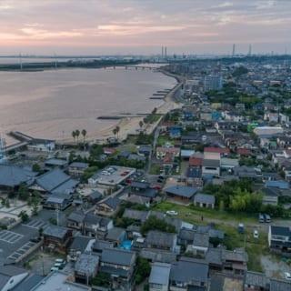 伊勢湾に面した常滑市大野町。T様が気に入って家を建てることを決めたこの土地は海岸から近く、大地震が起こったときには約1mの津波の影響があると言われているため、あえて被災後の建て替えのことも意識して、コンクリートコアを中心とした家を設計した