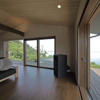 リビングの壁の素材(珪藻土)と天井の素材(杉)は木下さんが提案。リビング奥にはYさんの希望だったペレットストーブを配置