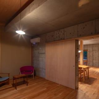 コンクリートコアの外側に、玄関ホールや、T様ご夫婦の部屋・ご両親の部屋・子ども部屋といったプライベートルームを配している