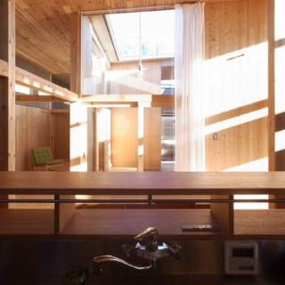 キッチンからの眺め。正面に光庭があり、空も視界に入って抜群の開放感。爽やかな自然光を感じながら気分よく料理ができる