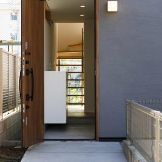 玄関を開けると、旗竿の竿部分に当たるアプローチから家の向こうまでまっすぐに伸びたラインが現れる
