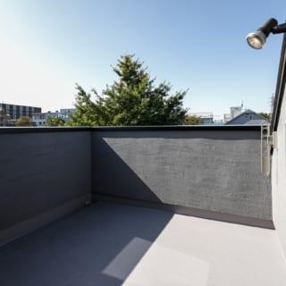 床面積を目一杯LDKに使用するため2階にバルコニーは設けず、代わりにルーフバルコニーをつくった。2階よりも高い位置にあるため、見晴らしもよく気持ちがいい