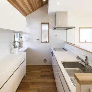 キッチン。急勾配の屋根を現しにしたような天井は、空間のアクセントになっている