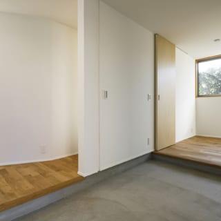 玄関から土間、シューズクロークを見る。土間はご主人のご要望。DIYがご趣味で、お子様がいるということを考慮すると、室内空間を削り玄関と土間を広くしたほうがよいと判断、右側のシューズクロークの一部まで土間を伸ばした。シューズクロークは引き戸で仕切ることもできる