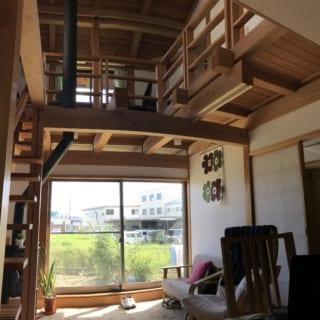 リビングから土間、吹き抜けから2階までを見る。土に木材と、自然素材がふんだんに使われた室内空間は温もりがあり、穏やかな時間を過ごすのにうってつけの場所だ。現しにした木材や木組みの組手からは、力強さも感じられる