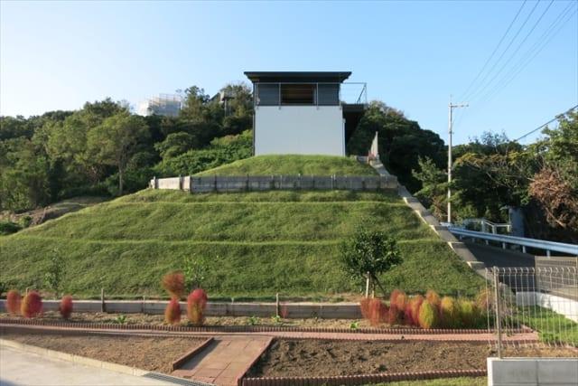 緑の丘に建つY邸。下の植栽は、Yさんがご自身の手で植えられたものだそう