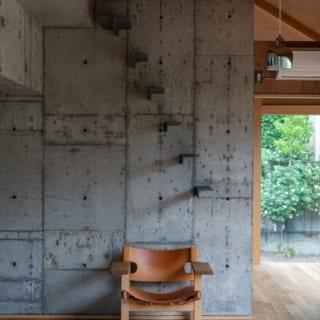南側の壁には、ロフトへと上がる階段を造作して取り付け、デザインに個性を生み出している