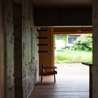 コンクリートコアのLDKからは4方向に開けており、どちらを向いても庭を望め、開放感溢れる間取りに