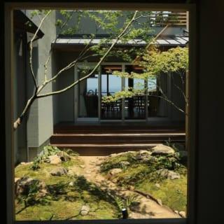 中庭から見た風景。小路を歩いた先はリビング。そしてその先の海の景色へとつながる