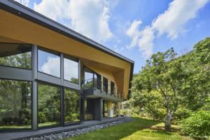 自邸でホテルのくつろぎを。 緑と水音に包まれるハイデザイン住宅