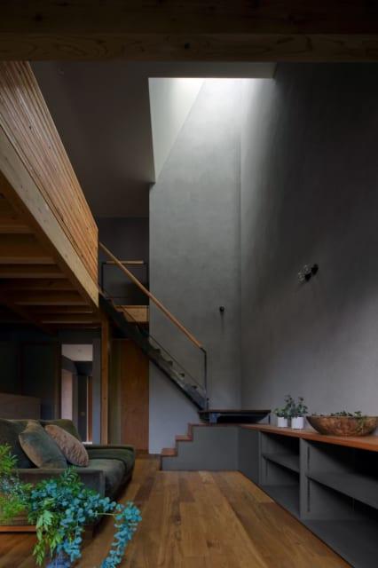 1階リビングから吹き抜け、2階を見る。空間はタテにも分断されることなく、2階まで滑らかに広がる