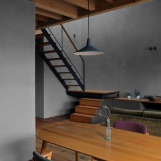 ダイニング。奥のリビングは上部が吹き抜け。壁伝いに光が広がりながら降りるため、室内が明るい印象になる