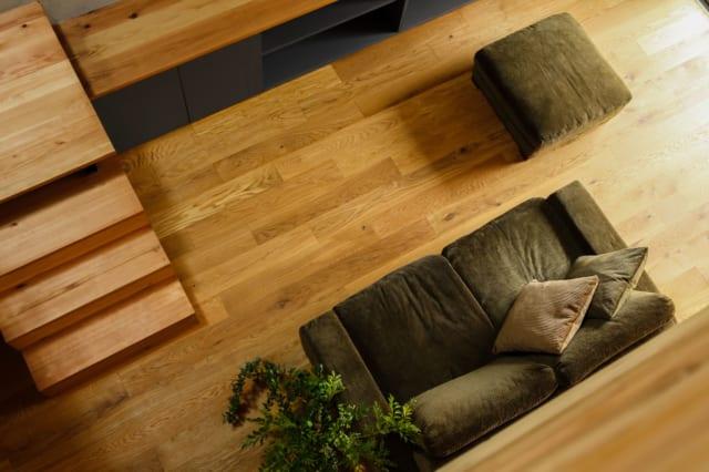 以前の家では底冷えすることもあったというH邸。木目が美しいオーク材の複合フローリングを採用し、床暖房を取り入れた。明るくなっただけでなく、暖かさも充分、快適に過ごせる家になった