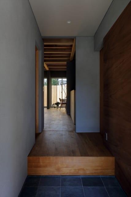 町家づくりだった以前の家を踏襲した雰囲気が感じられる玄関。右の扉は大容量のクローゼットに繋がる