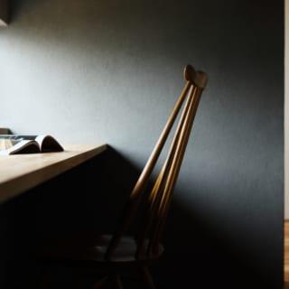 2階、西側に位置する書斎の一角。窓際に造り付けでテーブルを設置し、窓の高さも座ったときに眺めが楽しめるように計画した。もともとはご主人のためにつくられた場所だったが、今は奥様もお気に入りの場所になっているという