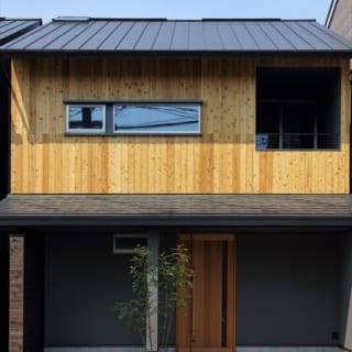 外観。右の大きな開口がインナーバルコニー。屋根の左上に設置した小さなトップライトが家全体を明るくする