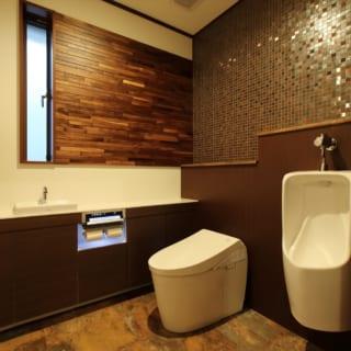 お客様も使用するトイレは、住宅ではあまり使わないモザイクタイルを取り入れ、ホテルライクなテイストに