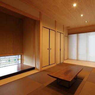 琉球畳や壁の木質が美しい和室。ステンドグラスで洋の要素も取り込んだ