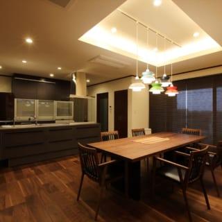 キッチンは、料理をしながらもダイニングやリビングにも目を配れるオープンタイプ。オーダー家具のテーブルが床の質感とマッチ
