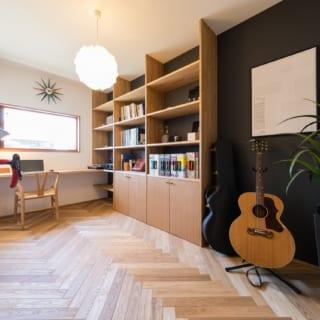 インナーガレージの横に配した洋室は、M様の趣味を楽しめる書斎として使用している