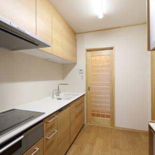 夫婦のプライベート用キッチンは、来客の目に触れない個室空間