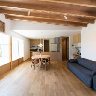 南北に大きな窓を設けた広いLDK。リビングの天井には垂木を見せる化粧を施し、和のテイストを醸し出している